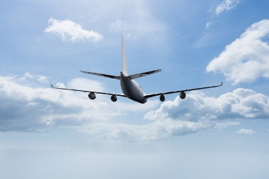 samolot-lecący-z-chmurami-tle_1134-409 (385x256)